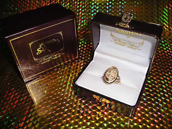 gold_cameo_ring_at_Squitti's